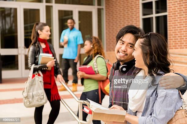 Éducation: Groupe Multi-ethnique d'étudiants parler après le cours.