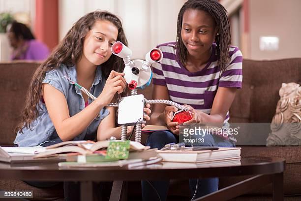 L'éducation. Jeunes filles étudiant de la science, l'ingénierie à la maison. Devoirs.