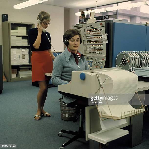 Frau an einem Computer in einem Büro um 1970