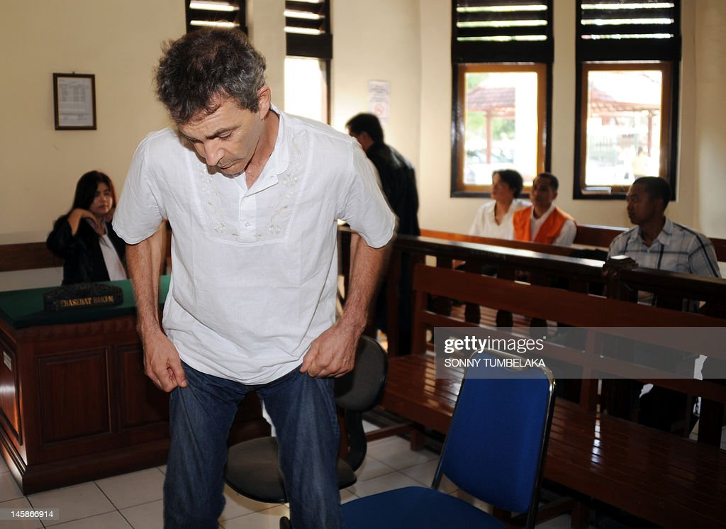 Edward Norman Myatt (C) of Australia attends his trial at a court in Denpasar on June 7, 2012. Myatt, 54, was arrested on February 27 allegedly with 1.1 kg of hashish and 7 grams of methamphetamine after attempting to smuggle them into the Indonesian resort island of Bali.