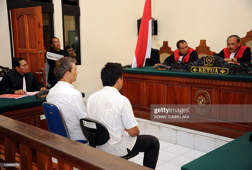 Edward Norman Myatt (2nd L) of Australia attends his trial at a court in Denpasar on June 7, 2012. Myatt, 54, was arrested on February 27 allegedly with 1.1 kg of hashish and 7 grams of methamphetamine after attempting to smuggle them into the Indonesian resort island of Bali.