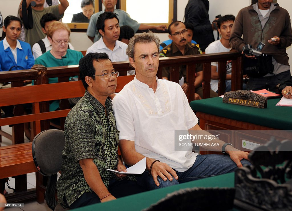 Edward Norman Myatt (R) of Australia attends his trial at a court in Denpasar on Bali island on July 23, 2012. Indonesian judges have recommended an eight-year prison sentence for Myatt, who was arrested last February with 1.1 kg of hashish and seven grams of methamphetamine after allegedly attempting to smuggle them into the Indonesian resort island. AFP PHOTO / SONNY TUMBELAKA