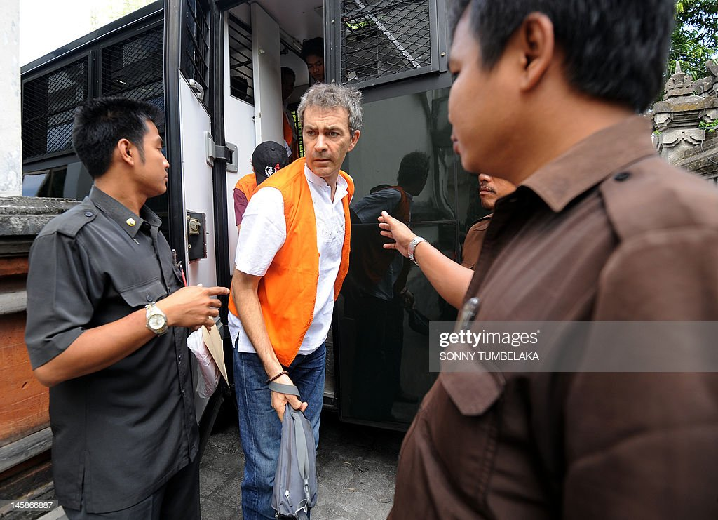 Edward Norman Myatt (C) of Australia is escorted by prosecutors to a holding cell before his trial at a court in Denpasar on June 7, 2012. Myatt, 54, was arrested on February 27 allegedly with 1.1 kg of hashish and 7 grams of methamphetamine after attempting to smuggle them into the Indonesian resort island of Bali.