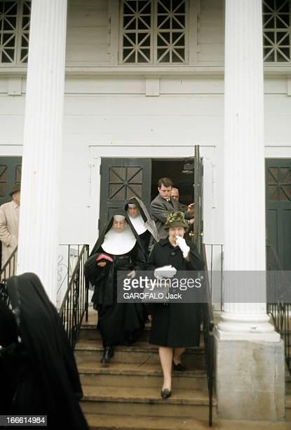 Edward 'Ted' Kennedy Massachusetts Senator Aux EtatsUnis au début des années 60 en haut d'un escalier sortant d'une église le sénateur du...