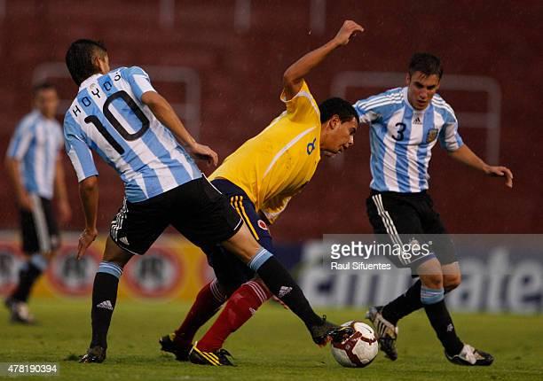 Edwin Cardona de Colombia y Michael Hoyos y Nicolas Tagliafico de Argentina durante un partido en el marco del Sudamericano Sub 20 entre las...