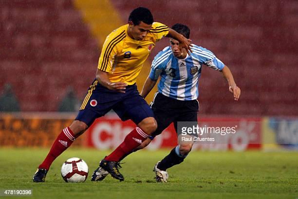Edwin Cardona de Colombia y Nicolas Tagliafico de Argentinadurante un partido en el marco del Sudamericano Sub 20 entre las selecciones de Colombia y...