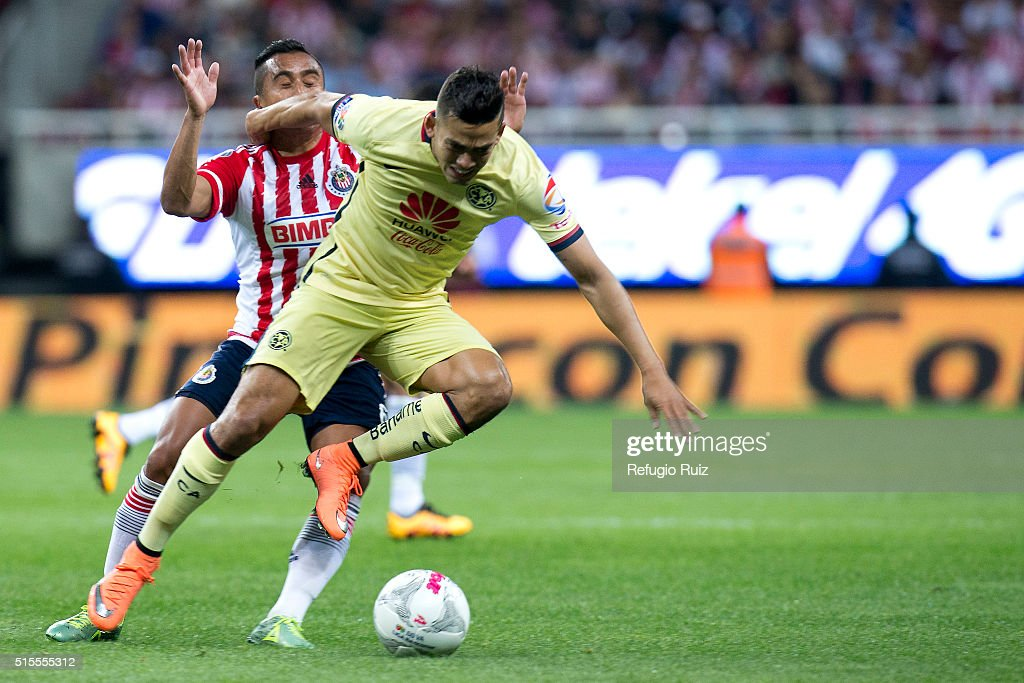 Edwin Hernandez of Chivas fights for the ball with Andres Andrade of America during the 10th round match between Chivas and America as part of the Clausura 2016 Liga MX at Chivas Stadium on March 13, 2016 in Zapopan, Mexico.
