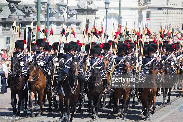 20130721 BRUSSEL eedaflegging van koning Filip Koning Filip en koningin Mathilde rijden in hun open wagen Mercedes 600 Landaulet terug naar het...