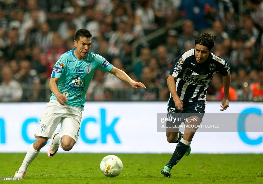 Efrain Juarez (R) of Monterrey vies for the ball with Hirving Lozano (L) of Pachuca during their Mexican Clausura 2016 tournament final football match in Monterrey, Mexico on May, 29, 2016. / AFP / Julio Cesar Aguilar Fuentes