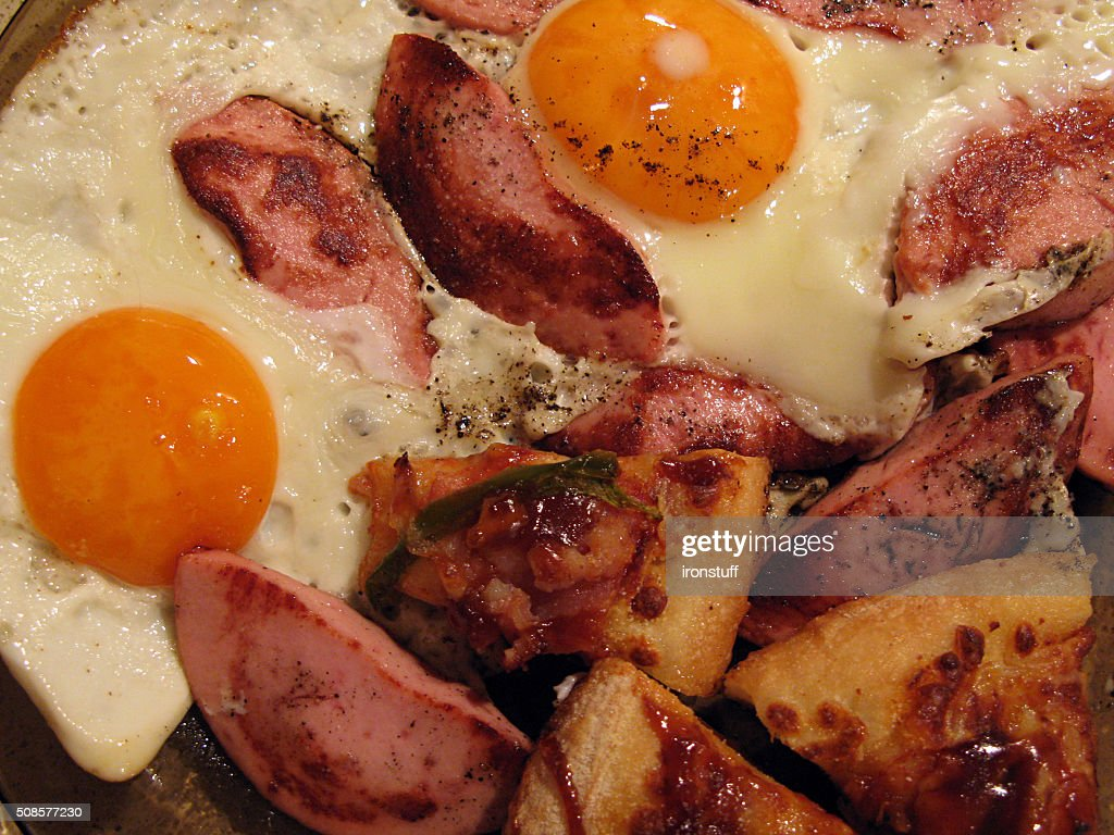 Eggs fried with sausages and pepper : Stockfoto