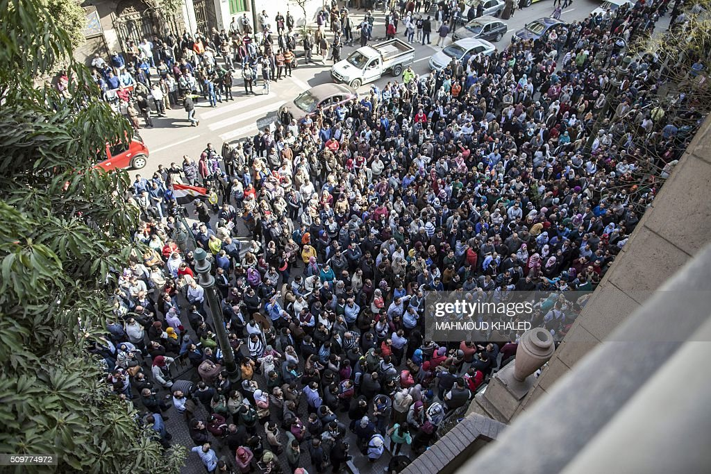Egyptian doctors gather outside their syndicate in Cairo on February 12, 2016, to protest against an assault by policemen on two of their colleagues in a public hospital last month. / AFP / MAHMOUD KHALED