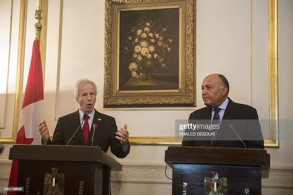 Egyptian foreign minister Sameh Shoukry (R), and his Canadian counterpart Stephane Dion attend a joint press conference following their meeting in Cairo, on May 25, 2016. / AFP / KHALED