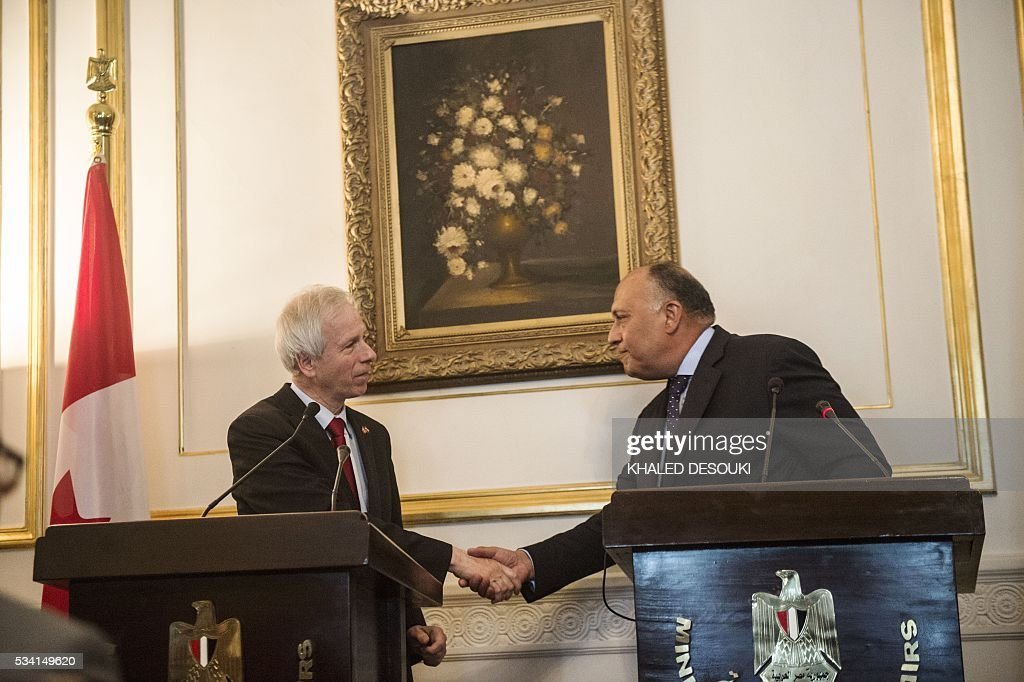 Egyptian foreign minister Sameh Shoukry (R), shakes hands with his Canadian counterpart Stephane Dion at the end of a joint press conference in Cairo, on May 25, 2016. / AFP / KHALED