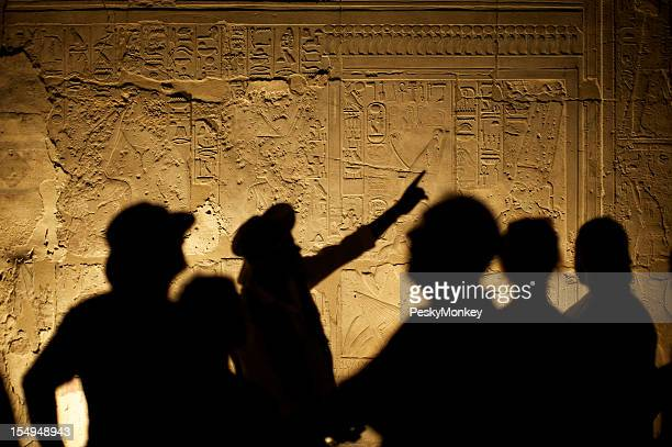 Ägyptische modernen Hieroglyphen mit Touristen Archeologist Silhouetten