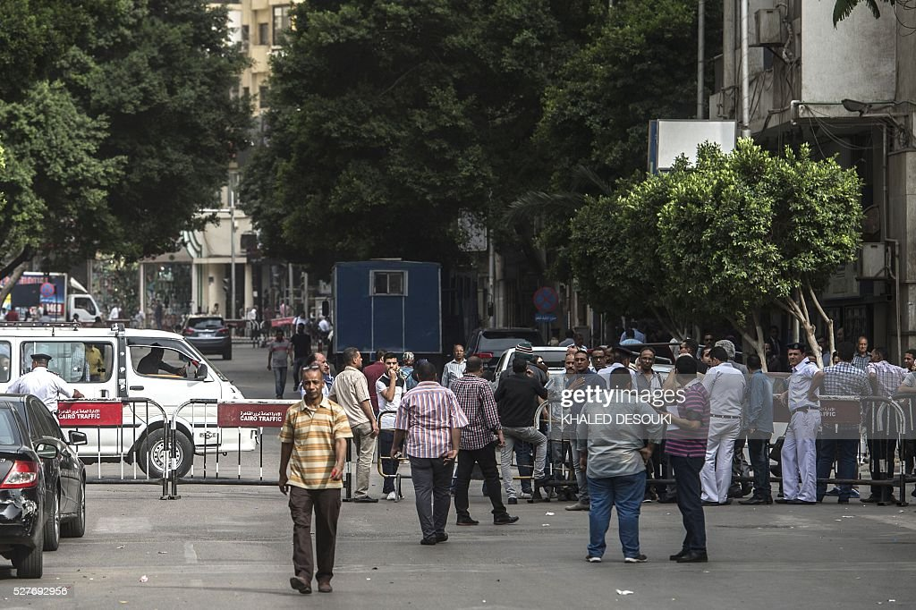 Egyptian police block the roads that lead to journalists Syndicate headquarters in Cairo on May 3, 2016 during a gathering on the occasion of World Press Freedom day, a day after police stormed the headquarters of the journalists' association and arrested two journalists. Egyptian authorities on May 2 ordered the detention of two journalists for 15 days after their arrest on allegations of incitement to protest, a judicial source said. The decision comes a day after police stormed the headquarters of the journalists' association in central Cairo and arrested Amr Badr and Mahmud el-Sakka. A judicial source on Sunday said the pair had been wanted for alleged incitement to protest in violation of the law. / AFP / KHALED