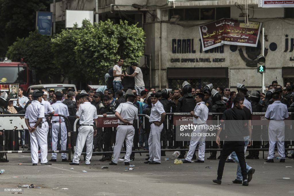 Egyptian police stand guard as Egyptian journalists demonstrate outside the union headquarters in Cairo on May 4, 2016, demanding the sacking of the interior minister two days after the police stormed the syndicate and arrested two journalists. / AFP / KHALED