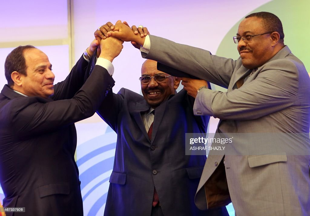 Egyptian President AbdelFattah alSisi Sudanese President Omar alBashir and Ethiopian Prime Minister Hailemariam Desalegn shake hands during a meeting...