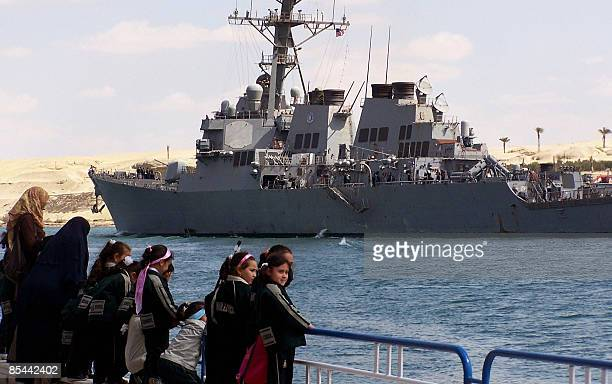 Egyptian school children stand on a pier in the port town of Ismalia 120 kilometers northeast of Cairo as the US guidedmissile destroyer USS Mahan...