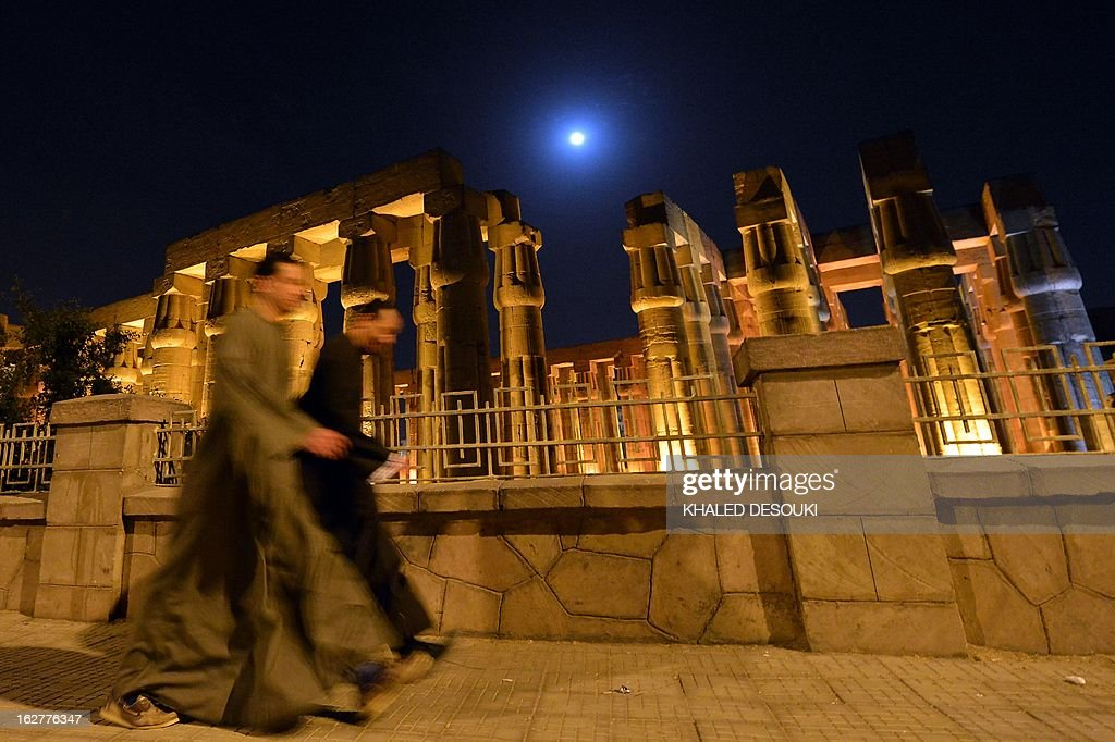 Egyptian walk in front of the Luxor temple on February 26, 2013 after a hot air balloon exploded and fell on the ground at Egypt's ancient temple city of Luxor during a sunrise flight, killing up to 19 tourists, including Asians and Europeans, sources said.