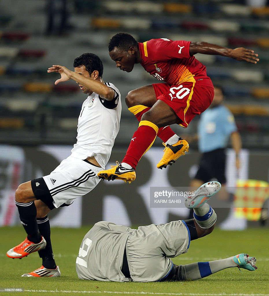 Egypt's Ahmed Hassan Mekky (L) fights for the ball against Ghana's Abdul Fatawu Dauda (bottom) and Kwadwo Asamoah (R) during their friendly football match in ABU Dhabi on January 10, 2013.