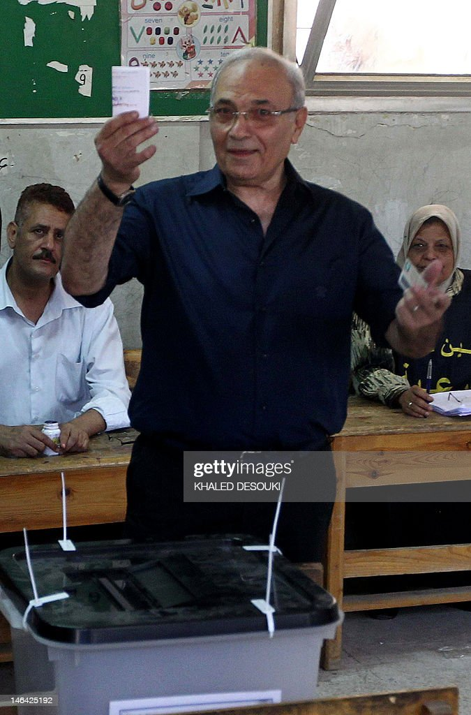 Egypt's army-backed presidential candidate Ahmed Shafiq casts his vote at a polling station in Cairo on June 16, 2012 in the divisive presidential runoff pitting the last premier of ousted strongman Hosni Mubarak against Muslim Brotherhood candidate Mohammed Mursi, two days after the top court ordered parliament dissolved. AFP PHOTO/KHALED DESOUKI