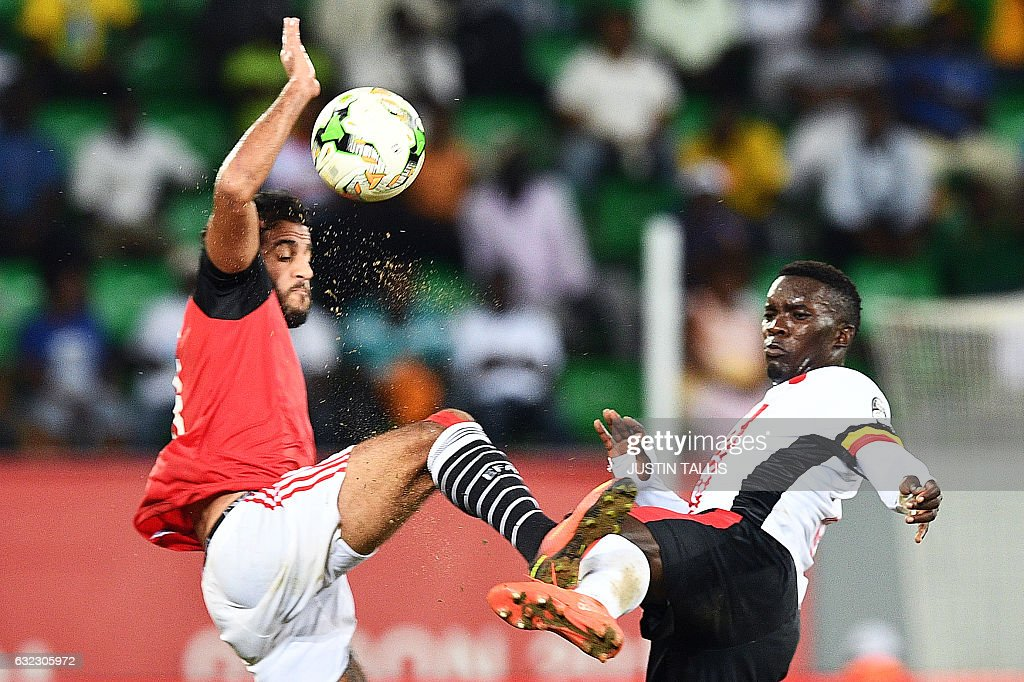 TOPSHOT - Egypt's forward Marwan Mohsen (L) challenges Uganda's midfielder Khalid Aucho during the 2017 Africa Cup of Nations group D football match between Egypt and Uganda in Port-Gentil on January 21, 2017. / AFP / Justin TALLIS