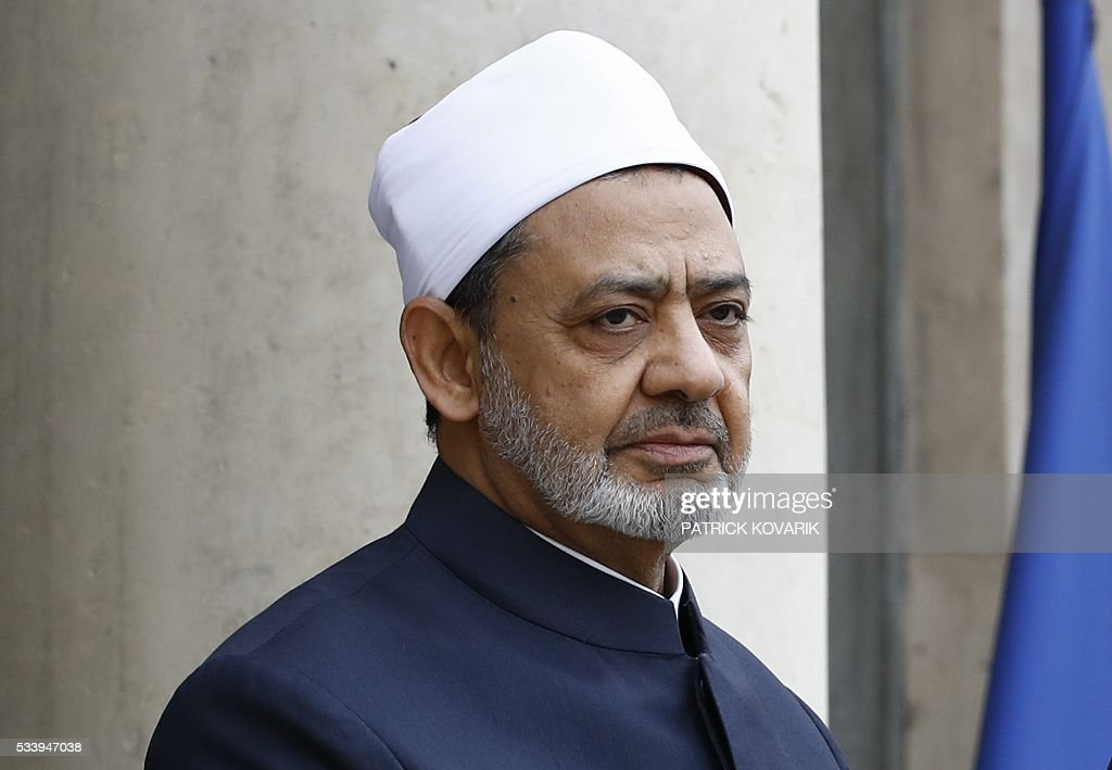 Egypt's Grand Imam of al-Azhar Mosque, Sheikh Ahmed Mohamed al-Tayeb, stands at the Elysee Palace in Paris before a meeting with French President on May 24, 2016. / AFP / PATRICK