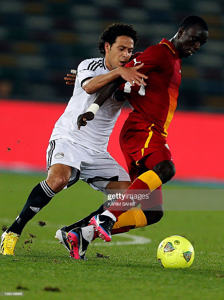 Egypt's Ibrahim Salah (L) fights for the ball against Ghana's Rabiu Mohammed (R) during their friendly football match in Abu Dhabi on January 10, 2013. AFP PHOTO/KARIM SAHIB