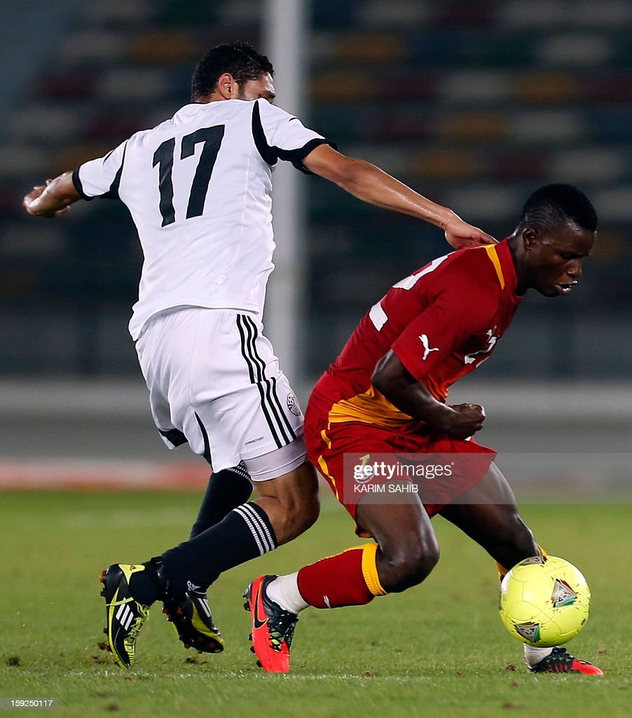 Egypt's Mohamed al-Nenny (L) fights for the ball against Ghana's Mubarak Wakaso (R) during their friendly football match in Abu Dhabi on January 10, 2013.