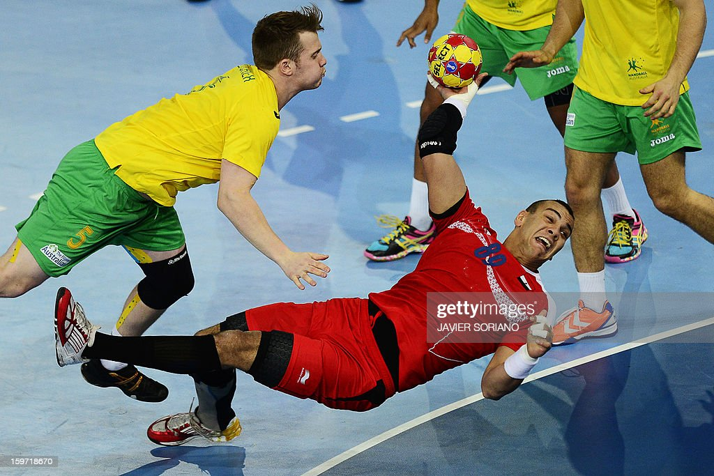 Egypt's pivot Mohamed Mamdouh (R) shoots past Australia's pivot Tommy Fletcher during the 23rd Men's Handball World Championships preliminary round Group D match Egypt vs Australia at the Caja Magica in Madrid on January 19, 2013.