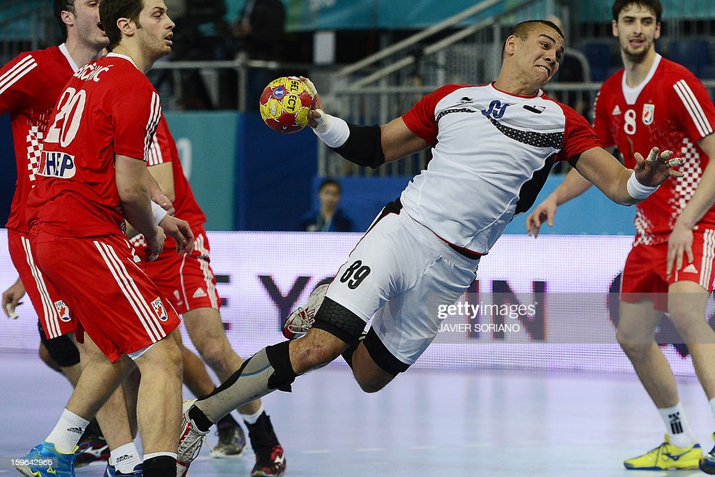 Egypt's pivot Mohamed Mamdouh (R) shoots past Croatia's left back Damir Bicanic (L) during the 23rd Men's Handball World Championships preliminary round Group D match Croatia vs Egypt at the Caja Magica in Madrid on January 17, 2013. AFP PHOTO/ JAVIER SORIANO
