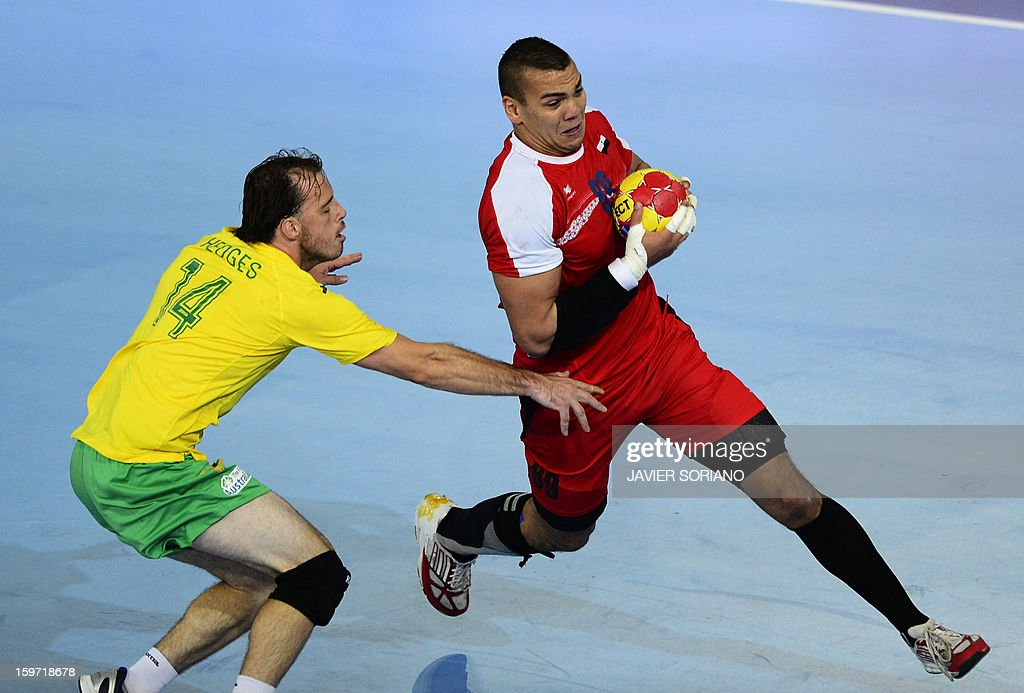 Egypt's pivot Mohamed Mamdouh (R) vies with Australia's left wing Mitchell Hedges during the 23rd Men's Handball World Championships preliminary round Group D match Egypt vs Australia at the Caja Magica in Madrid on January 19, 2013.