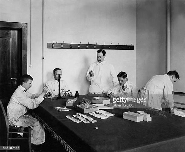 Ehrlich Paul Physician Serologist Immunologist Scientist Germany *14031854 in his labor of his Institute in Frankfurt/Main 1910 Photographer Waldemar...
