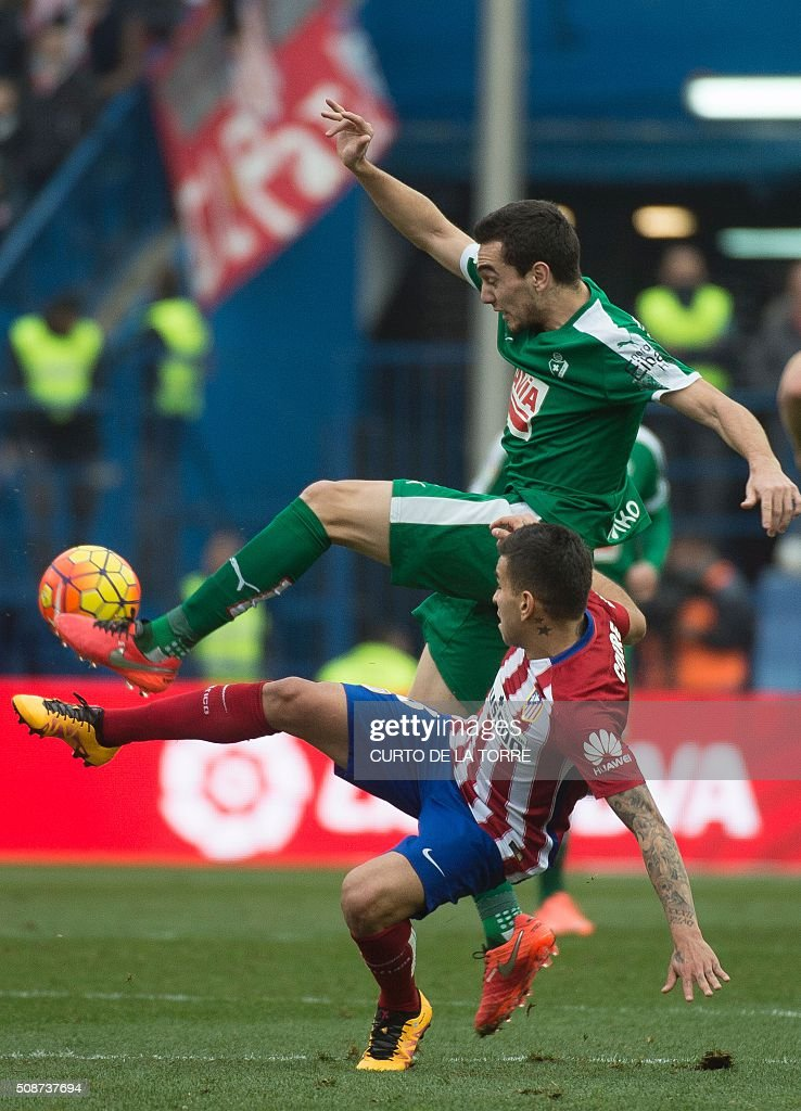 Eibar's Argentinian midfielder Escalante (L) vies with Atletico Madrid's Argentinian midfielder Angel Correa during the Spanish league football match Club Atletico de Madrid vs SD Eibar at the Vicente Calderon stadium in Madrid on February 6, 2016. AFP PHOTO / CURTO DE LA TORRE / AFP / CURTO DE LA TORRE
