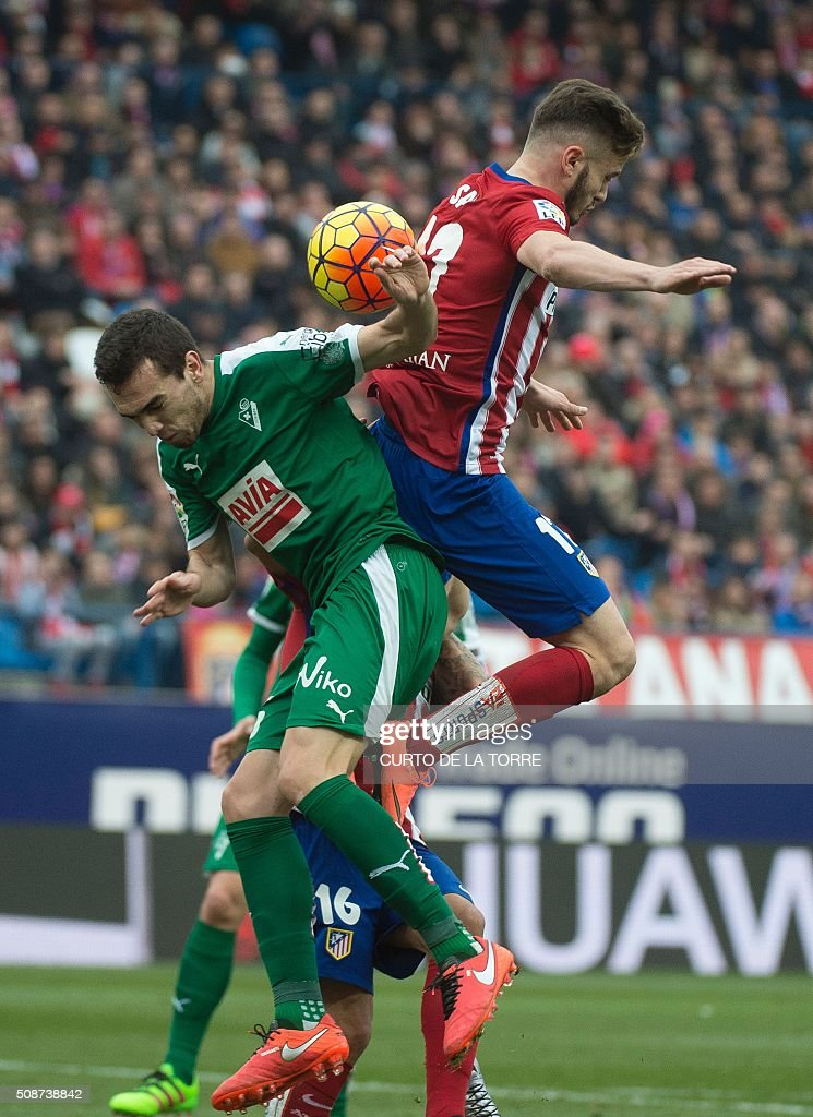 Eibar's Argentinian midfielder Escalante (L) vies with Atletico Madrid's midfielder Saul Niguez during the Spanish league football match Club Atletico de Madrid vs SD Eibar at the Vicente Calderon stadium in Madrid on February 6, 2016. AFP PHOTO / CURTO DE LA TORRE / AFP / CURTO DE LA TORRE