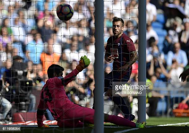 Eibar's forward Sergi Enrich looks at Eibar's goalkeeper Asier Riesgo failing to stop a goal by Real Madrid's Welsh forward Gareth Bale during the...