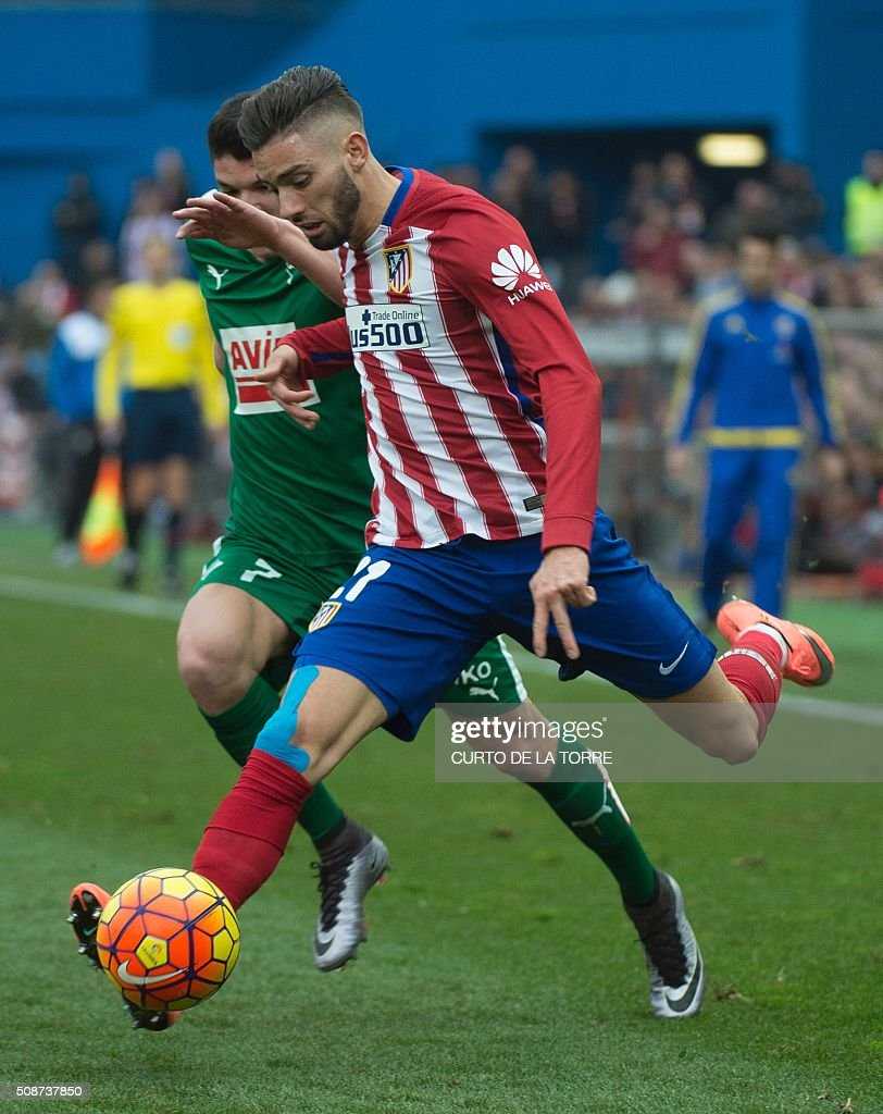 Eibar's midfielder Ander Capa Rodriguez (L) vies with Atletico Madrid's Belgian midfielder Yannick Ferreira Carrasco during the Spanish league football match Club Atletico de Madrid vs SD Eibar at the Vicente Calderon stadium in Madrid on February 6, 2016. AFP PHOTO / CURTO DE LA TORRE / AFP / CURTO DE LA TORRE