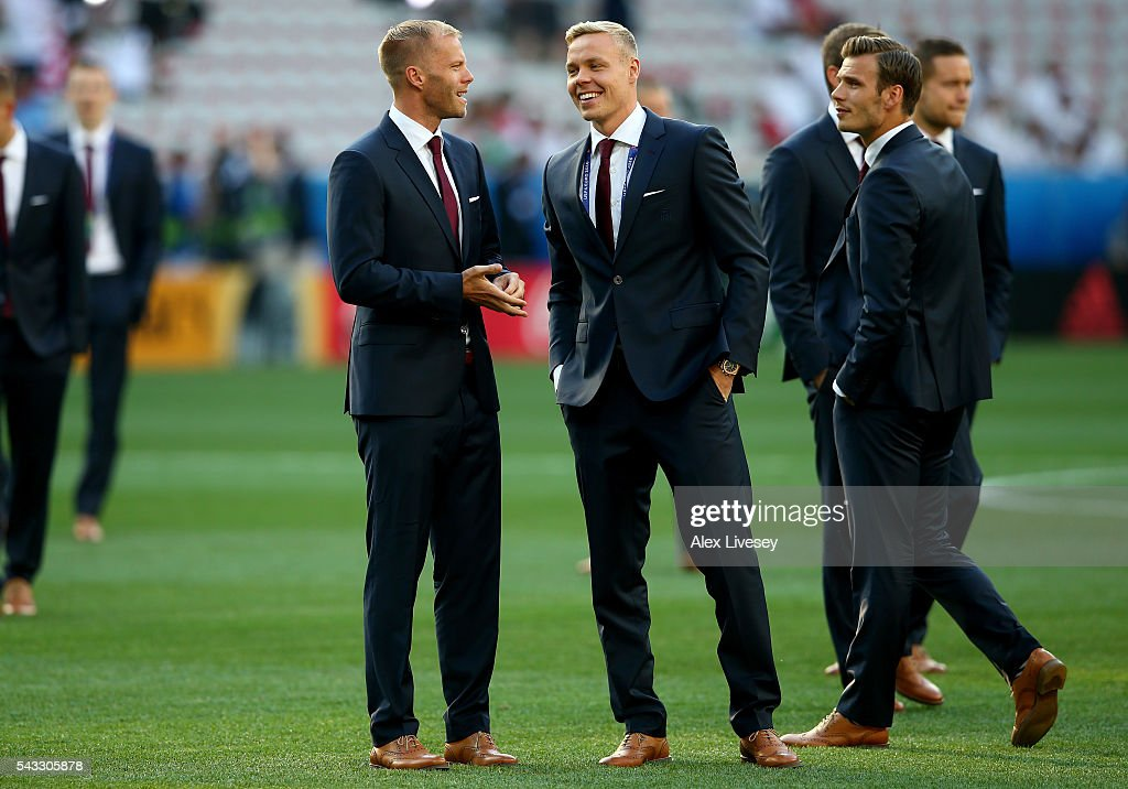<a gi-track='captionPersonalityLinkClicked' href=/galleries/search?phrase=Eidur+Gudjohnsen&family=editorial&specificpeople=171363 ng-click='$event.stopPropagation()'>Eidur Gudjohnsen</a> (l) and <a gi-track='captionPersonalityLinkClicked' href=/galleries/search?phrase=Kolbeinn+Sigthorsson&family=editorial&specificpeople=4649188 ng-click='$event.stopPropagation()'>Kolbeinn Sigthorsson</a> (c) and Elmar Bjarnason (r) of Iceland walk around the pitch prior to the UEFA EURO 2016 round of 16 match between England and Iceland at Allianz Riviera Stadium on June 27, 2016 in Nice, France.