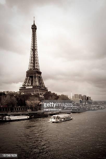 Tour Eiffel et de Bateaux-mouches, Paris, desatured effet, verticale.