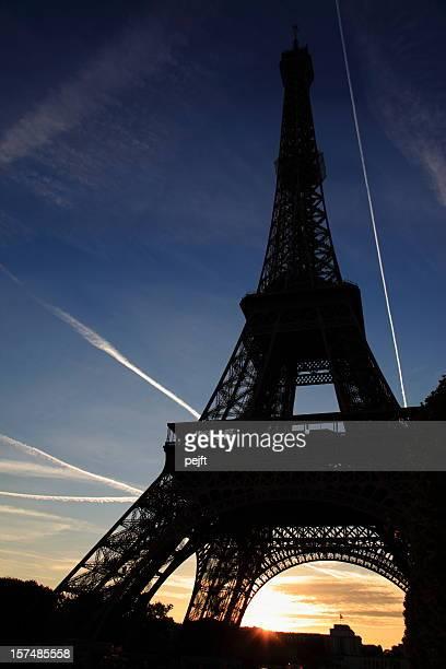 エッフェル塔パリの XXXL で夕日