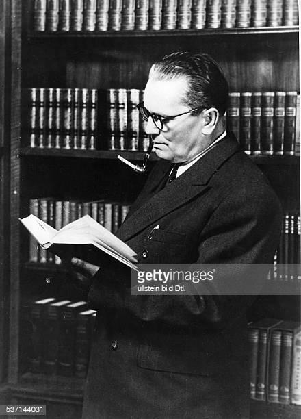 eigentlich Josip Broz * 07051892 Politiker Kommunist YU als Privatmann vor seiner Bibliothek beim Lesen 1953