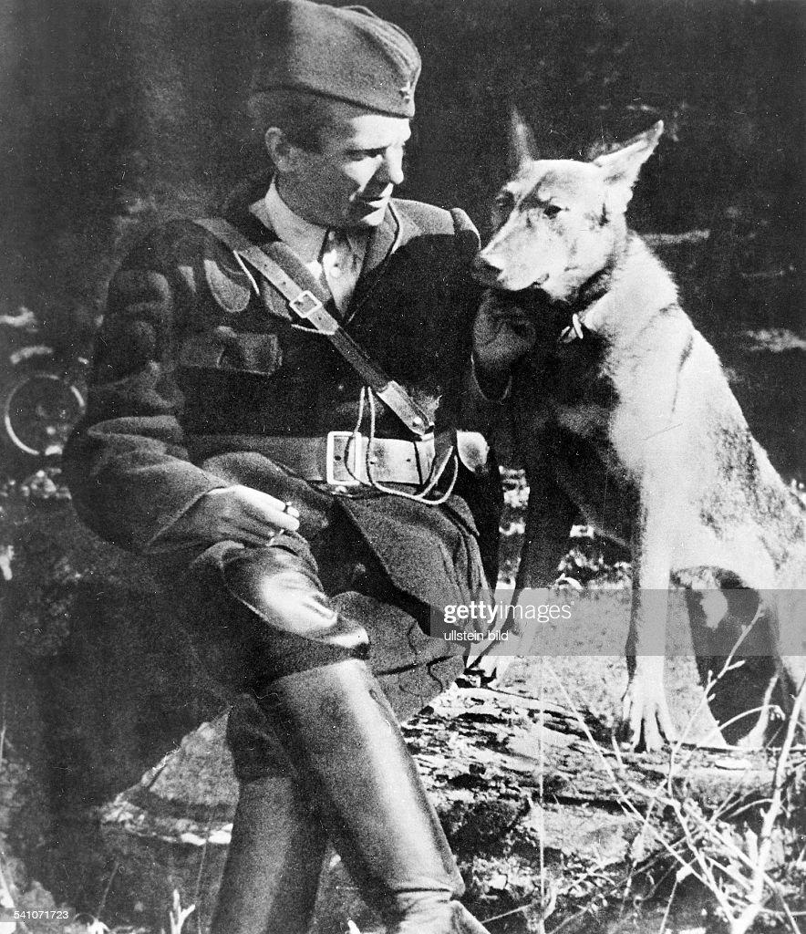 eigentlich Josip Broz* 07.05.1892 (offiziell 25.05.1892)+ Politiker, Kommunist, YU- mit Hund; auf dem Kongress derjugoslawischen antifaschistischenBewegung in dem befreiten Gebiet vonJajce. Der Kongress erließ ein Programmder Unabhängigen Republik von Jugoslawien.- 1943