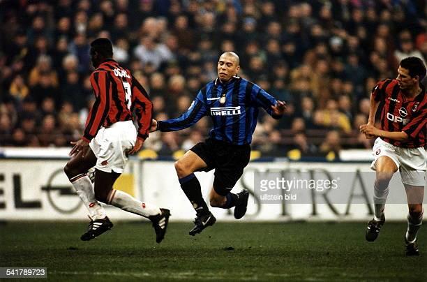 eigentlich Ronaldo Luis Nazario de Lima* Sportler Fussball BrasilienInter Mailand AC Mailand Spielszene Desailly und Ziege