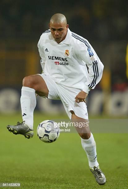 eigentlich Ronaldo Luis Nazario de Lima*Sportler Fussball Brasilien Stürmer nimmt den Ball an
