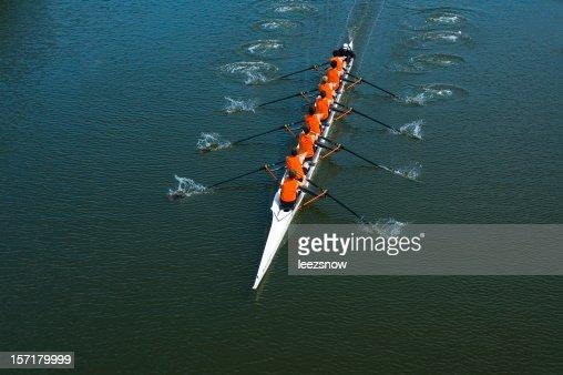 8 つの男性手漕ぎチーム-チームワーク