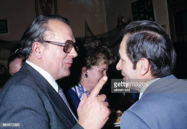 Eighties two smiling men in debate gesticulation raised forefinger suit jacket necktie spectacles 50 to 60 years 40 to 50 years Helmut Walter