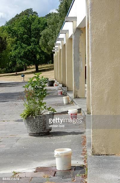 Eimer Spalier fuer Regenwasser Auch das Wirtschaftsgebaeude ist marode das Wasser tropft Zum Sommeranfang ist das Areal um den Hauptstrand bis ca...