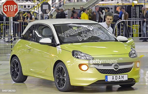 Ein arbeiter steigt in den Kleinwagen Adam waehrend des offiziellen Produktionsstartes des Opel Adam im Opelwerk Eisenach am 061012