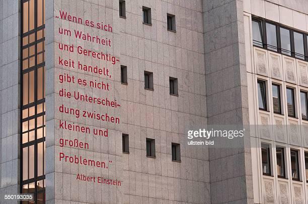 Ein Ausspruch von Albert Einstein an der Fassade eines Hauses an der Jerusalemer Straße nahe der UBahnstation Hausvogteiplatz in BerlinMitte
