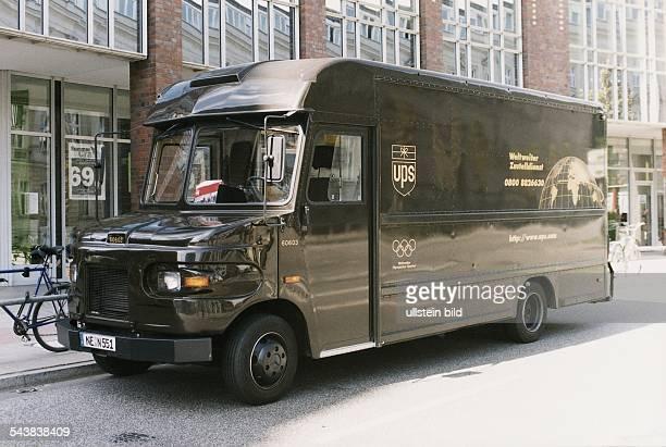 Ein brauner LKW des privaten Zustelldienstes United Parcel Service Inc An der Seite des Autos sind das Logo die Telefonnummer und die Internetadresse...